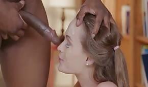 L'eiaculazione dello sperma in faccia della figa giovane