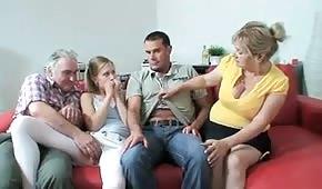 La sex famiglia ha trovato un modo piacevole per passare il tempo insieme