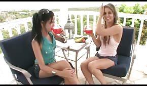 Le ragazze si fanno il piacere con l'enorme cetriolo verde