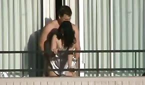 Il tizio scopa la donna da dietro sul balcone