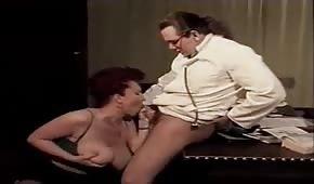 Il dottore infila il cazzo fra le tette della paziente