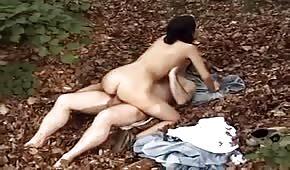 La giovane mora lo cavalca nel bosco