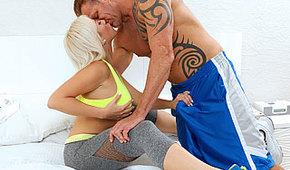 L'allenamento con la sexy biondina