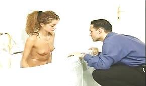Ha trombato la sua ragazza snella in bagno