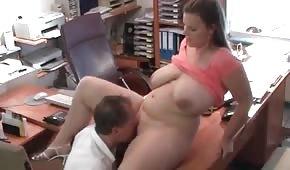 Ha trombato la figa tettona in ufficio
