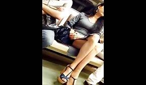 Lunghe gambine della fighetta in metro
