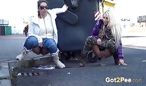 Le ragazze fanno pipì per strada