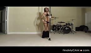 La bella ragazza balla sul tubo
