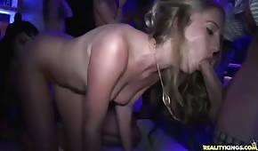 Orgietka in discoteca