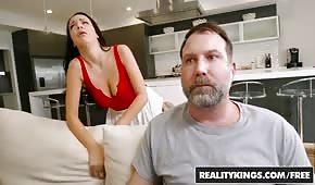 Il ragazzo muove la moglie del suo vicino