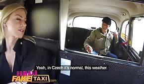 Sesso in taxi con una bionda in silicone
