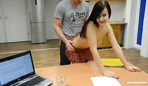Sesso sulla scrivania con una piccola mora