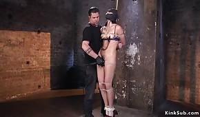 La ragazza viene picchiata con un bastone sui suoi capezzoli