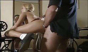 Una giovane ragazza in trecce vuole fare sesso