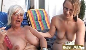 Young si diverte con una vecchia donna tedesca