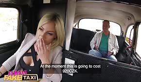 La signora tassista vuole fare sesso in macchina
