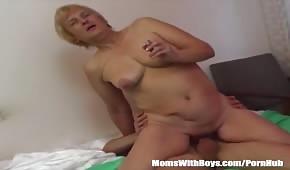 Signora matura che si contorce su un cazzo