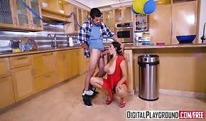 Giovane madre si muove in cucina durante un evento di famiglia