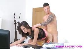 L'agente sta testando le sue opzioni per il casting di sesso