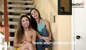 Gioco lesbico sulle scale