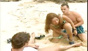Gangbang in spiaggia con latino