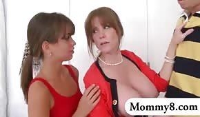Rudy abbottona la madre e sua figlia