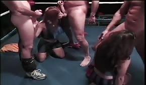 Zwariowane laski ciągną kutasy na ringu