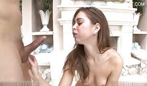 Teen sexy viene tagliato in bocca