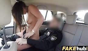 Il poliziotto sta muovendo un bel bastone in macchina
