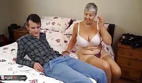 Il giovane scopa con sua nonna