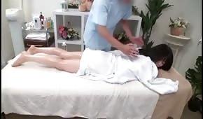 Ha massaggiato e colpito asiatico