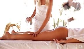 Massaggiatore abbronzato brama il cliente