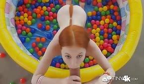 Redhead tirando il cazzo in una piscina gonfiabile