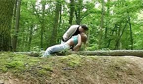 Sesso nel bosco con bionda birichina