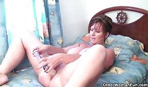 Stara dama pieści się seks zabawką