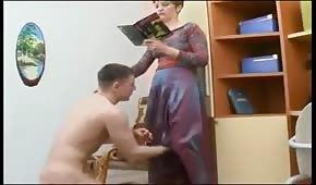 Młody posuwa wypinającą się mamusię