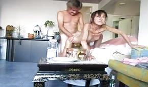 Seks z chudą żonką od tylca