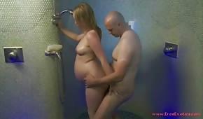 Chiude la ragazza incinta sotto la doccia