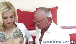 Il vecchio scopa una giovane bionda