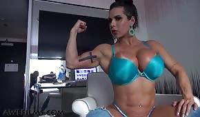 Pulcino muscoloso in biancheria intima