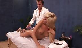 La cheerleader bionda riceve un massaggio in regalo