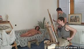 I giovani pittori scopano la bruna