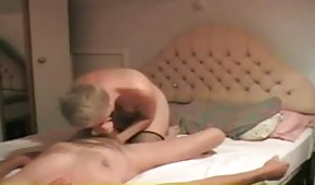 La madre bionda fa piacere a suo nonno con la bocca