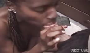 La donna nera prende tutto il pene in bocca