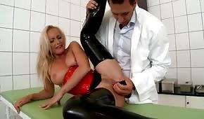 Doc gioca con il buco anale del paziente
