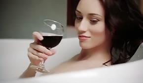 Il pulcino beve vino e accarezza mentre fa il bagno