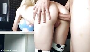 Sesso anale con una ragazza pallida sul cavalletto