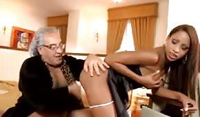 Il nonno scopa una cameriera sexy