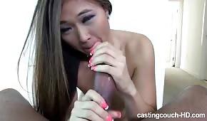 Dolce asiatica lecca un cazzo enorme
