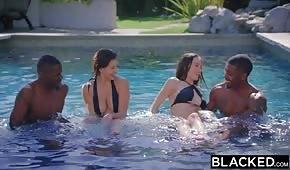 Giocare in piscina con brune porno